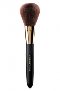 The Dolce & Gabbana Powder Brush is crafted from high-quality AAA-grade goat hair and its stem features elegant engraved gold lettering.